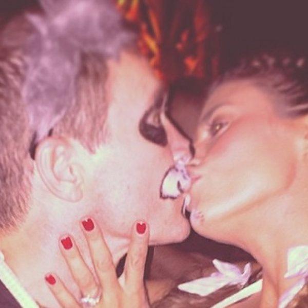 Elisabetta Canalis festeggia Halloween con un bacio al suo Brian