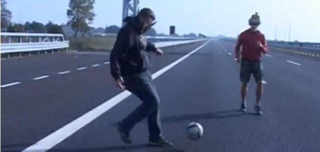 giocano-a-calcio-sulla-brebemi-630x300.jpg