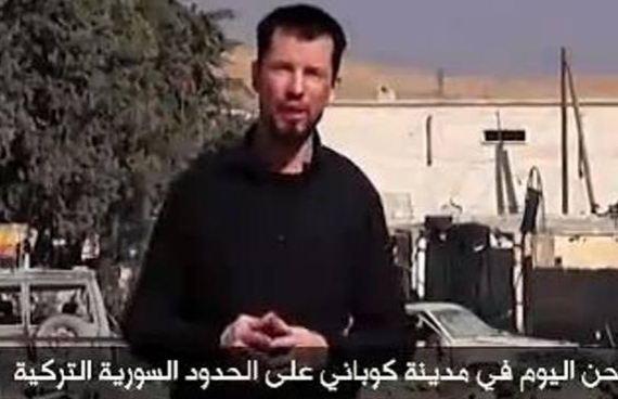 """Isis, nuovo filmato dell'ostaggio Gb Cantlie   """"Siamo a Kobane, i ribelli la controllano"""" /<u><b><font color=""""#343A90"""">VIDEO</font></u></b>"""