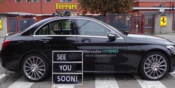 """La Mercedes provoca la Ferrari. Una berlina davanti a Maranello: """"Ci vediamo presto"""""""