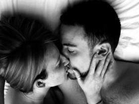 bacio.dolce.abbraccio.a.letto.153489
