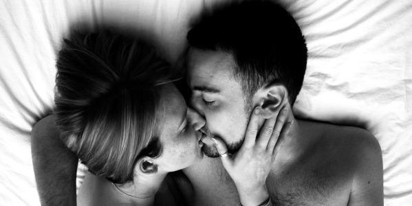 Con un bacio in bocca di dieci secondi si scambiano sino a - Foto di innamorati a letto ...