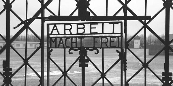 Norvegia ritrovata scritta Arbeit macht frei di Dachau