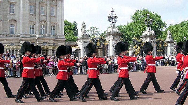 Londra teme un attacco terroristico dell'Isis | Le guardie della regina sarebbero un bersaglio