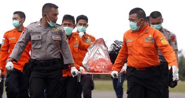 Indonesia, sale a 16 il numero dei corpi recuperati   Si cerca la scatola nera, 29 navi e 17 aerei all'opera
