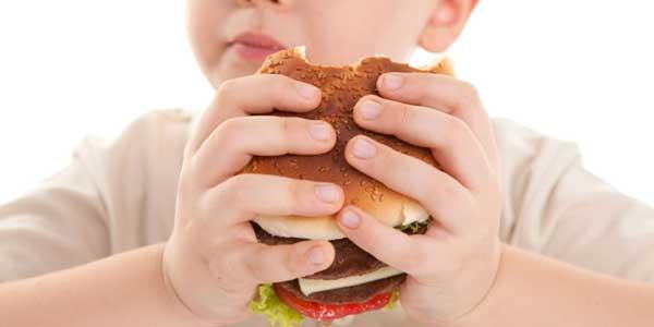 Un aumento di peso può causare malattie al fegato nei bimbi