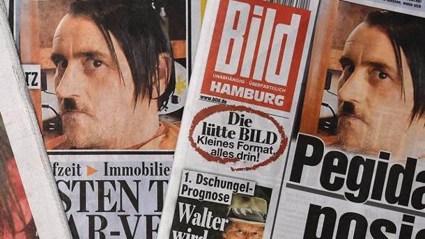 Germania, si fa fotografare come Hitler | Polemiche contro il leader della destra