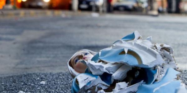 Perugia, un gruppo di vandali stranieri profana una statua della Madonna
