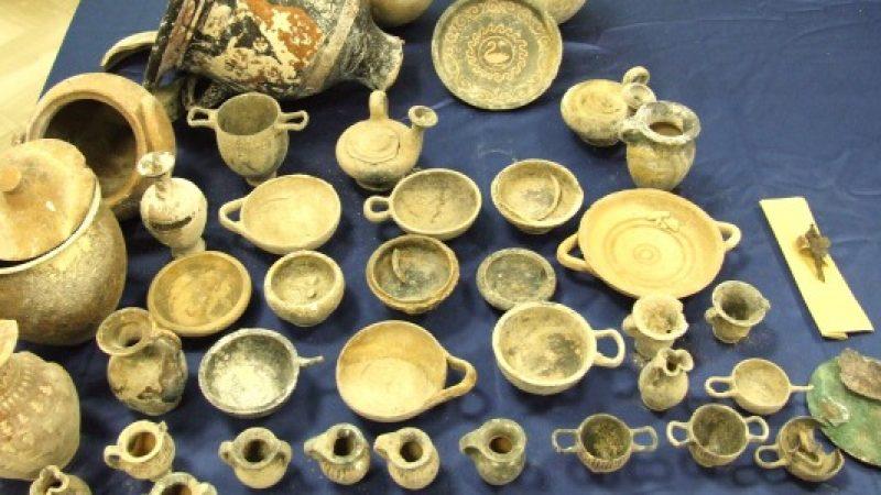 Crotone, cercano armi e trovano reperti archeologici