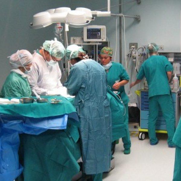 Napoli, sale operatorie occupate: muore a 42 anni