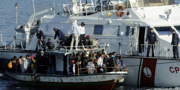 Libia, uomini armati minacciano motovedetta della Guardia Costiera