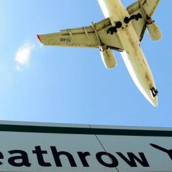Neve e ghiaccio sull'Inghilterra: oltre 100 voli cancellati a Heathrow