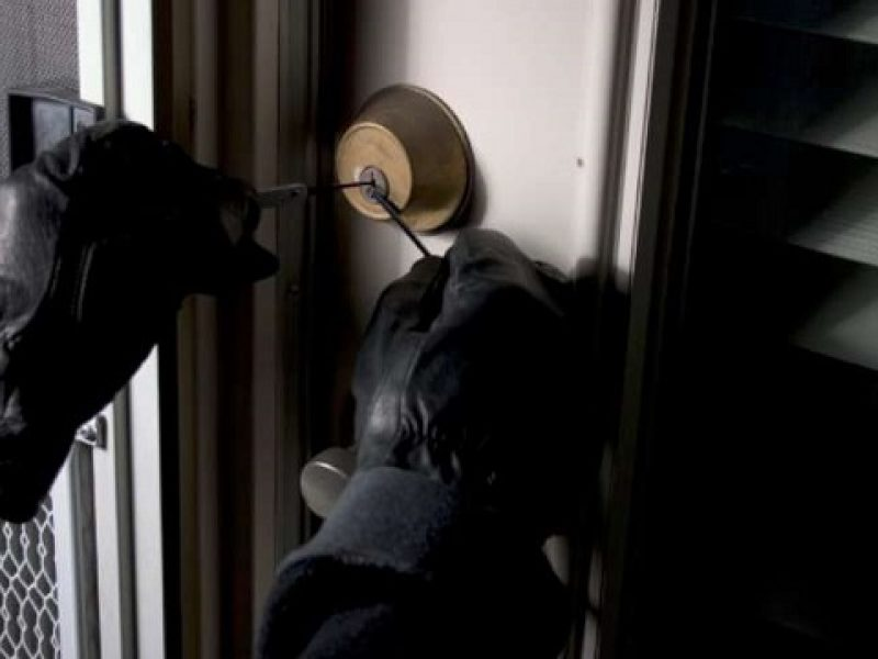 commando armato assalta banca, caveau banca assaltato da banditi, spari tra agenti e ladri sscappano i rapinatori, caniga assalto a caveau, caniga spari banditi agenti