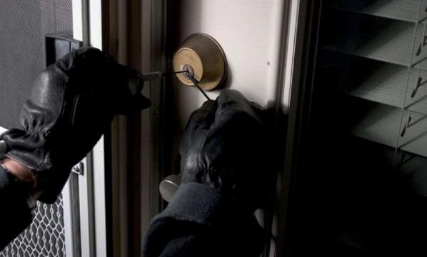 Andria, sorprende i ladri in garage e viene investito: ricoverato