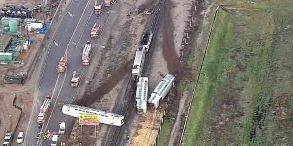 """California, treno investe un camion e deraglia   Tre vagoni rovesciati, almeno 30 feriti /<u><b><font color=""""#343A90"""">VIDEO</font></u></b>"""