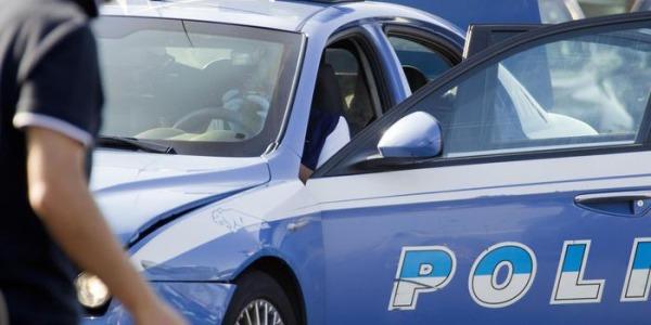 Roma, un'auto non si ferma all'alt della Polizia | Investite sette persone, morta una donna
