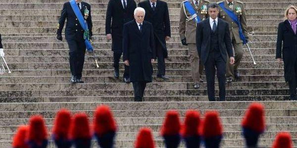 Il 71esimo anniversario della Liberazione | Mattarella e Renzi all'Altare della Patria