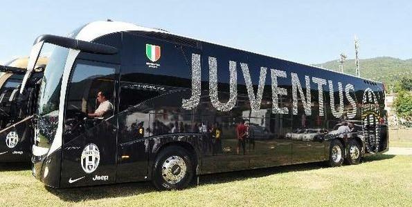 Follia al derby di torino scontri e bomba carta sassi for Interno autobus