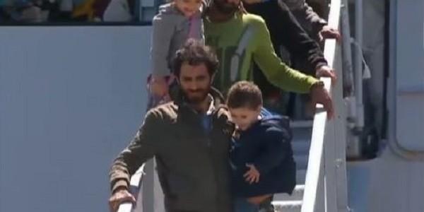 Migranti: in 650 su nave a Catania, anche 9 cadaveri
