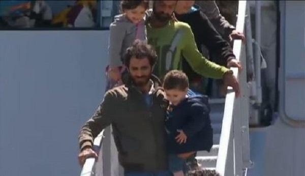 A Catania sbarcano 650 migranti e 9 cadaveri |