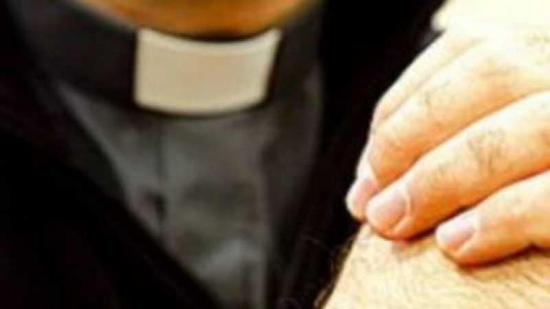 """Vittima di pedofilia denuncia un prete: """"Mi diceva che il mio seme lo curava"""""""