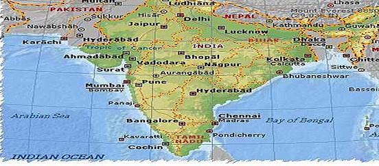 India, autobus sbanda e finisce in un fossato | Almeno 17 morti e 30 feriti nell'incidente