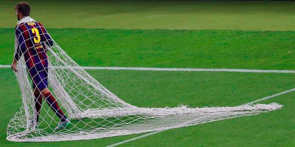 "Juve-Barça, incredibile Piquè: i compagni festeggiano, lui ruba la rete <u><b><font color=""#343A90"">FOTO</font></u></b>"
