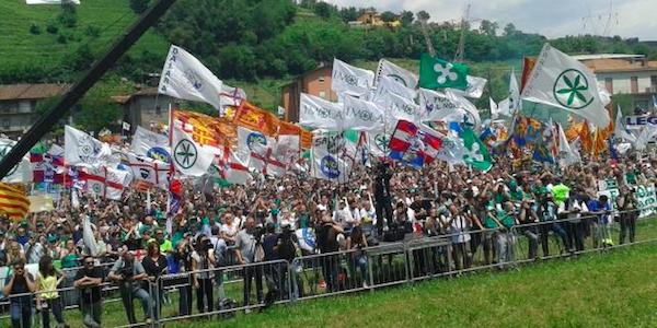 """Pontida, Salvini attacca Renzi e sfida Bossi   Ma il Senatur risponde: """"Così Matteo resterà solo"""""""