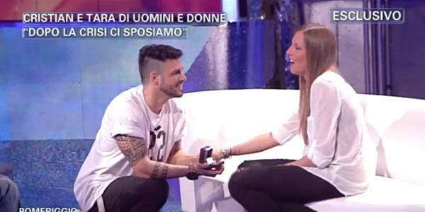 Uomini e donne, Cristian fa la proposta di matrimonio a Tara in diretta tv