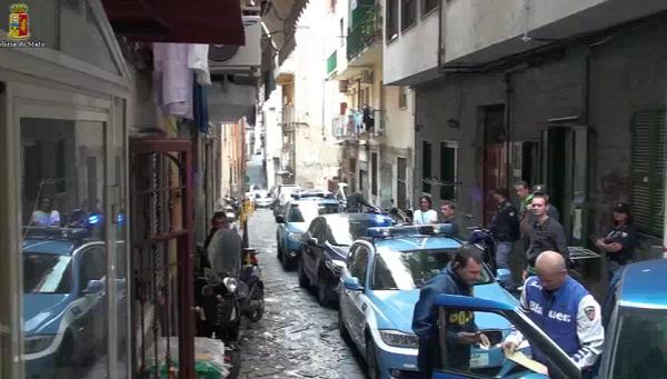 """Napoli, operazione anticamorra: 60 arresti    Nel mirino i clan Giuliano, Sibillo, Brunetti <u><b><font color=""""#343A90"""">FOTO</font></u></b>"""