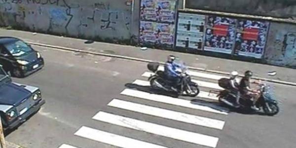 Napoli, perquisivano i ragazzi e li rapinavano | In manette una coppia di finti poliziotti