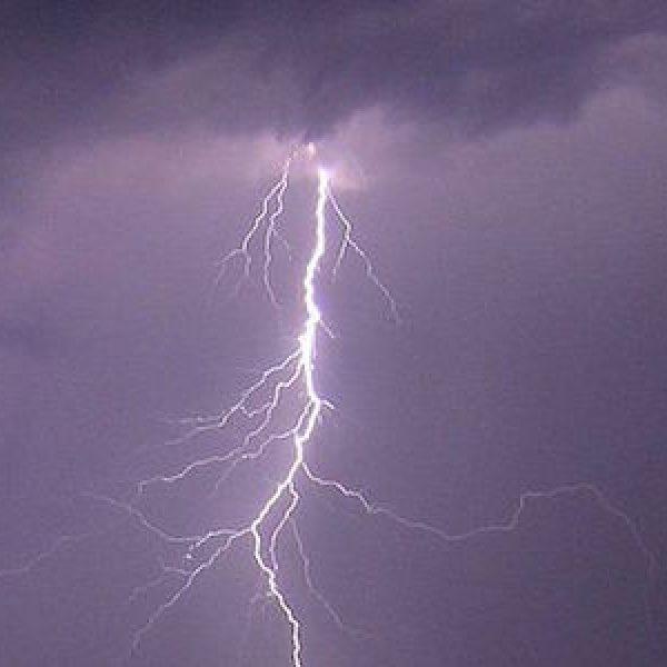 Paura in Salento per un fulmine caduto in spiaggia: 4 feriti