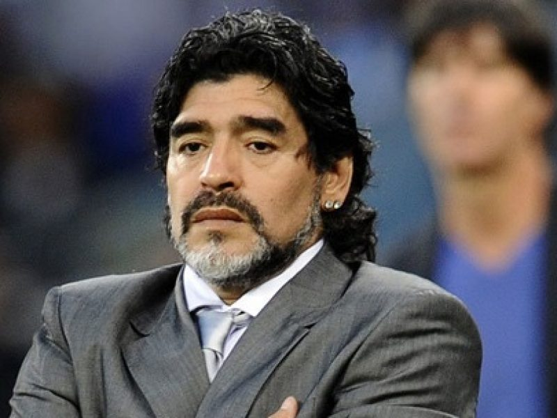 diego armando maradona, fifa, maradona, Maradona candidatura Fifa, Maradona Claudia Villafane, Maradona Fifa, Maradona figlie, Maradona maglia nipote, Maradona nipote, Maradona Platini Fifa, Maradona presidenza Fifa, Maradona si candida alla presidenza della Fifa, Michel Platini