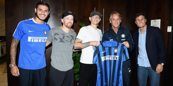 """L'Inter e i Linkin Park insieme in Cina, le <u><b><font color=""""#343A90"""">FOTO</font></u></b> dell'incontro all'aeroporto"""