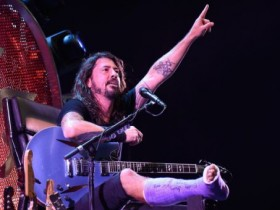 dave grohl, foo fighters, foo fighters washington 4 luglio, foo fighters concerto washington, foo fighters concerto di ritorno, dave grohl gamba rotta, dave grohl frattura alla gamba, dave grohl trono di chitarre, dave grohl frattura perone destro, dave grohl concerto di ritorno, foo fighters a washington dc, foo fighters video, dave grohl washington video