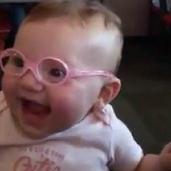 Bimba indossa il suo primo paio di occhiali: la sua reazione è diventata virale /VIDEO