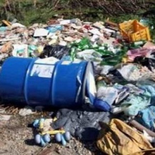 Minacciavano dipendenti per sversare rifiuti, 12 indagati