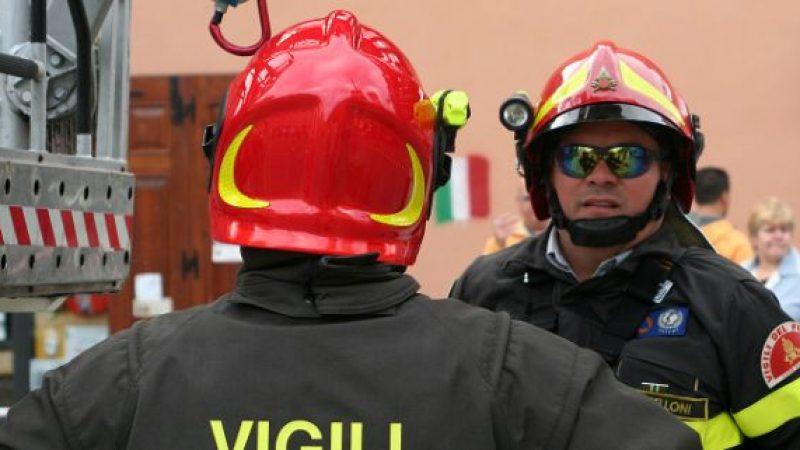 Napoli, tenta di fuggire dall'incendio di casa |Cinquasettenne si getta dal balcone e muore