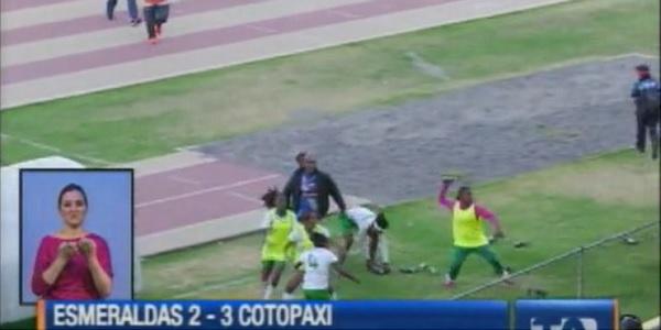 Ecuador, maxi rissa in campo: le calciatrici lanciano bottiglie al pubblico / FOTO