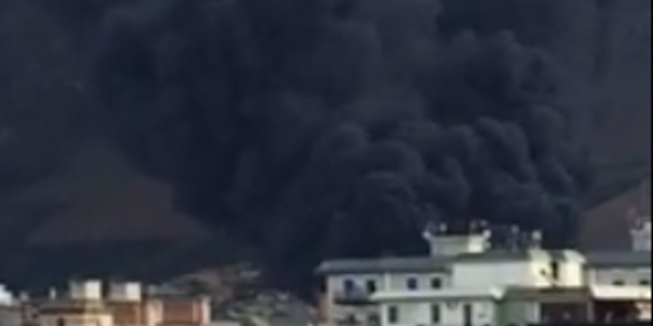 Palermo, incendio in un deposito di carburante   Paura per l'enorme colonna di fumo e fiamme