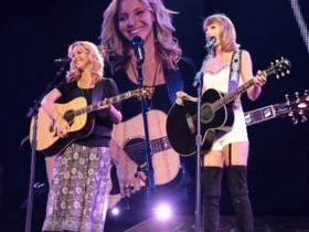 Taylor-Swift-e-Lisa-Kudrow-cantano-gatto-rognoso
