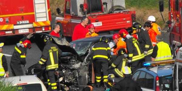 Scontro frontale camion-furgone a Pordenone: tre morti