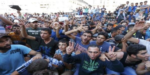 Macedonia, scontri con i migranti al confine greco | La polizia spara lacrimogeni: 300 feriti