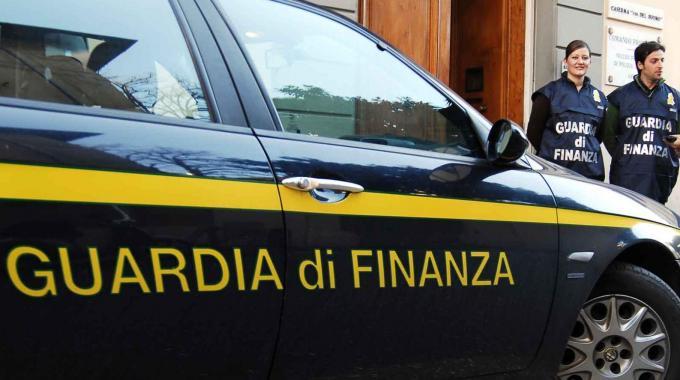 Sequestrati 2.500 prodotti contraffatti | Crotone, denunciate cinque persone