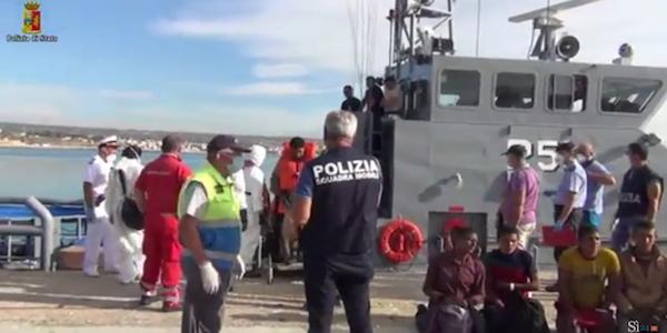 Sbarco di migranti a Pozzallo, presi i due scafisti   Uno degli arrestati è ancora minorenne