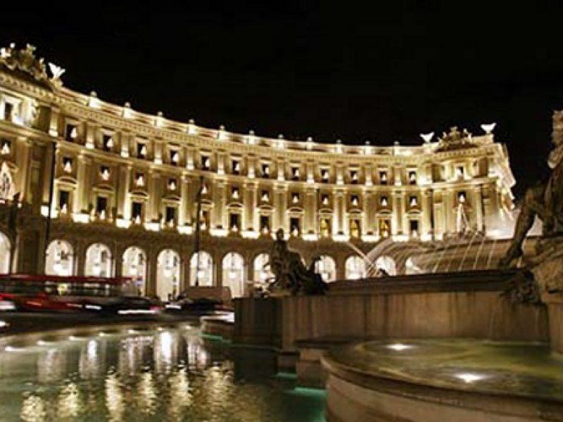 roma, turisti inglesi nella fontana delle naiadi, bagno nudi nella fontana di piazza della repubblica,