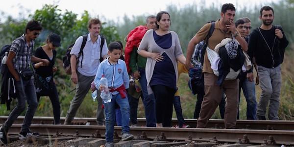 Francia, sgombero sospeso al campo di Calais | Scontri e tensione tra migranti e polizia