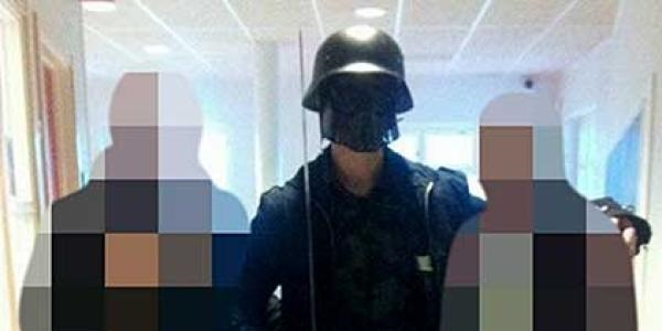 Un uomo mascherato irrompe in una scuola | Con la spada uccide due persone, è morto
