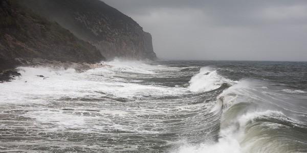 Praiano: finiscono in mare travolti da un'onda. Una donna è deceduta