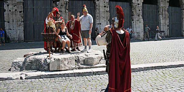 Roma, addio ai centurioni e ai risciò in centro | Lo ha deciso il commissario straordinario Tronca